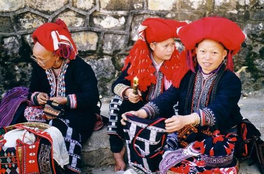 Kvinder fra Red Dao-stammen på markedet i Sapa