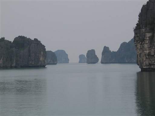 Limstensøerne giver Halong Bugten et eventyrligt præg