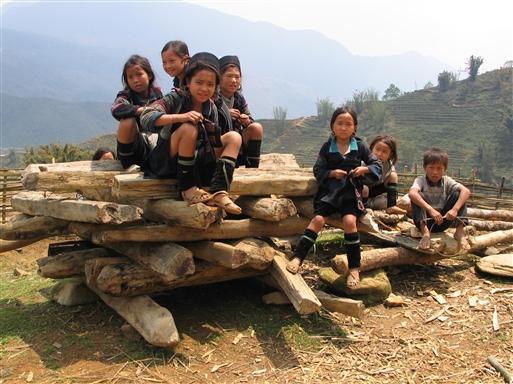 Børn fra minoritetsstammen Black Hmong
