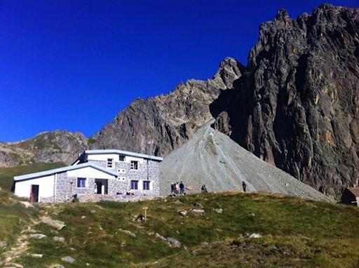 Refugio Pombi (2.031 m) med Pic du Midi D'Ossau i baggrunden