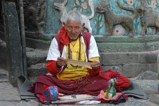 Læsestund med tibetansk bog ved Boudnath stupaen