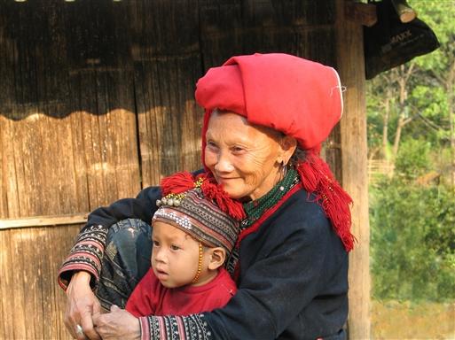 Det er trygt at sidde hos bedstemor, når der kommer gæster!