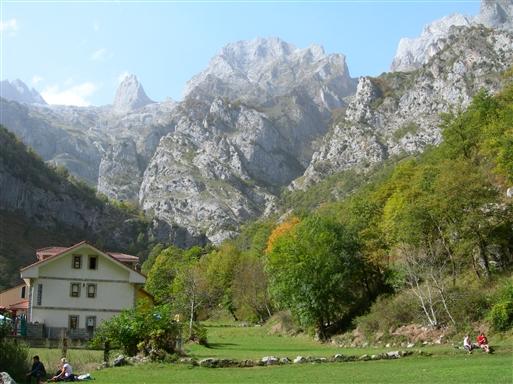 Frokostpause i det grønne i Cain, hvor det vestlige massivs bjergtoppe rejser sig godt 2000 meter lodret op fra landsbyens