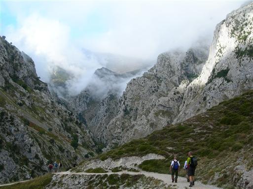 Den fine godt 12 km lange sti langs Cares floden blev anlagt i starten af 1900-tallet i forbindelse med etableringen af vandkraftværket i Poncebos.