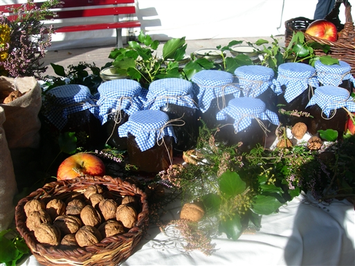 Af andre delikate lokale produkter kan nævnes vildsvinepølse, valnødder, æbler og honning med eukalyptus- og kastanjesmag.