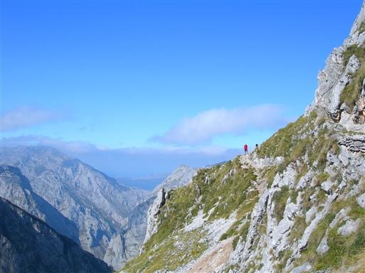 Vandreturen op til basen af bjerget Picu de Uriellu byder på storslåede udsigter.