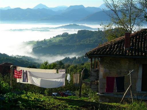 Om efteråret ligger tågedisen ofte som en tung suppe nede i dalen om morgenen, indtil solen i løbet af formiddagen får magt.