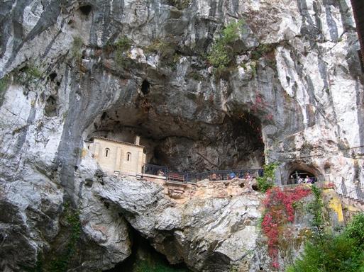 I 722 blev mauerne besejret i Picos de Europa, og herfra startede Spanien generobringen af landet. Efter sigende fandt slaget sted ved denne hule