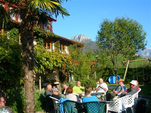Efter en skøn dag i bjergene er det rart med en kold øl eller en kop kaffe i den hyggelige have på hotellet.