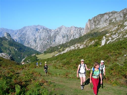 På vej fra landsbyen Tielve til romerstien, som skal tage os over Paradis sæteren tilbage til Arenas.