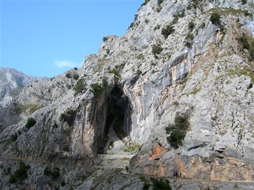 På vandreturen gennem Cares Kløften kan vi på nært hold nyde synes at, hvordan gletsjere, nedbør, erosion og floder gennem de sidste 300 millioner år har skabt de mest fantastiske formationer af dybe kløfter gigantiske grotter og sylespidse tinder.