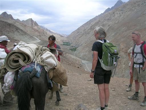 På den anden side af floden venter vores mulddyr, som transporterer bagagen for os. Selv bærer vi dagstursrygsæk.