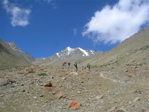 Ved opstigningen ind til Stok Kangri Base Camp viser Stok Kangris top sig endeligt.