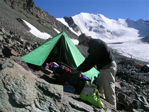 I High Camp tjekker vi alt udstyr og gør os klar til den kommende topbestigning.