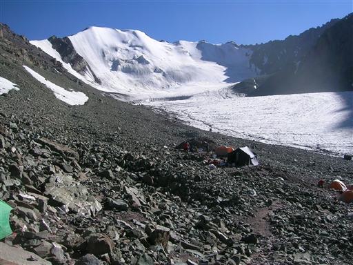 High Camp ligger perfekt, lige ved foden af gletsjeren, som vi skal starte med at krydse på topnatten.