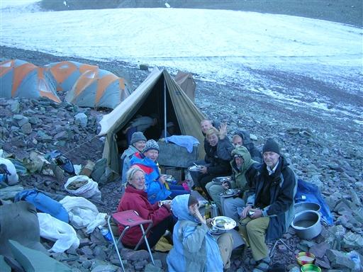 Aftensmad i rustikke omgivelser i High Camp.