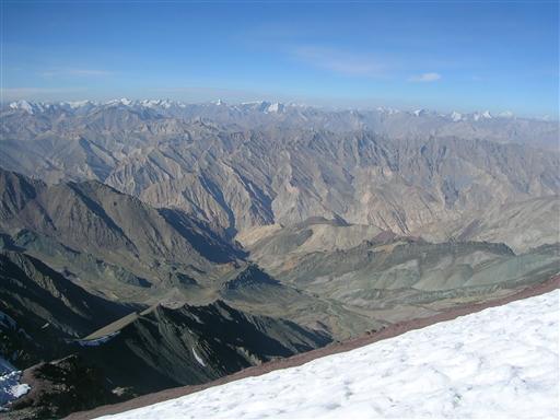 Topudsigten byder på frit skue til Zasnskar, Tibet, Karakom og Himalaya.