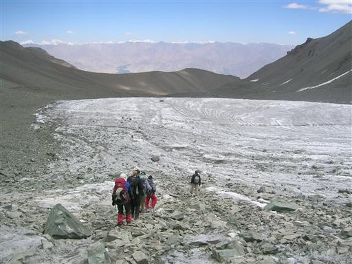 På nedturen krydser vi igen gletsjeren - nu i dagslys.