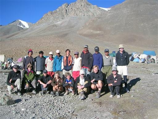 Turdeltagere, lokale hesteførere, kokke, assistentguider og klatreguider.