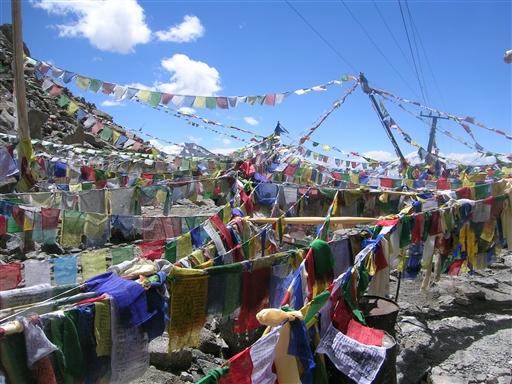 Alle pas i Indisk Himalaya (og Nepal) er markeret med tibetanske bedeflag.