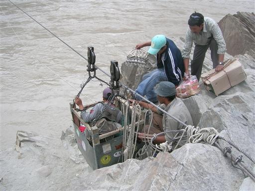 Vi starter trekket med at lade alt vores grej krydse en biflod til områdets dominerende flod, Indus.