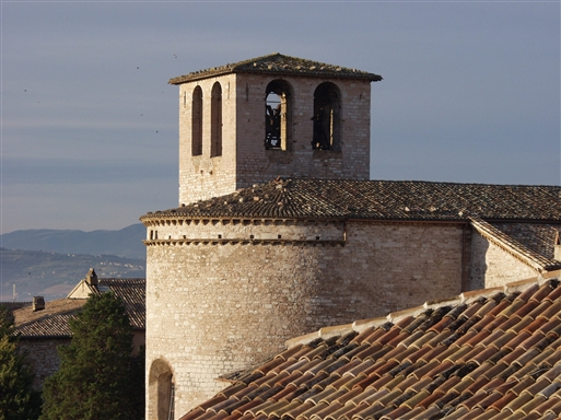 Et af Spello mange kirketårne
