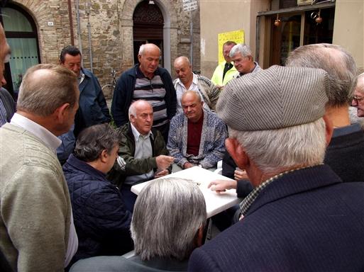 Et spil kort med tilskuere i Bevagna