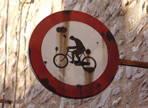 Den smalle vej er så stejl, at cykling er forbudt