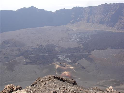 Bemærk den mørke lavaudbredelse fra udbruddet i 1995.