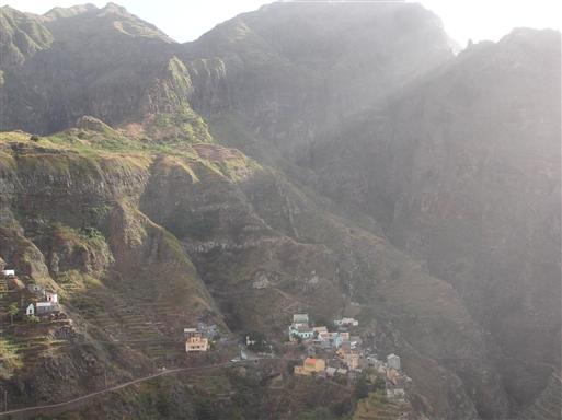 Landsbyen Fontainhas placeret på et lille klippefremspring.