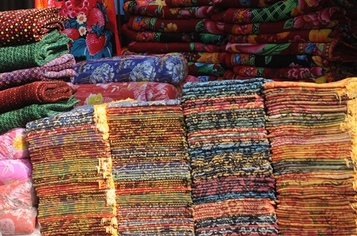 Masser af tæpper og tørklæder, men mange mangler penge til at købe.