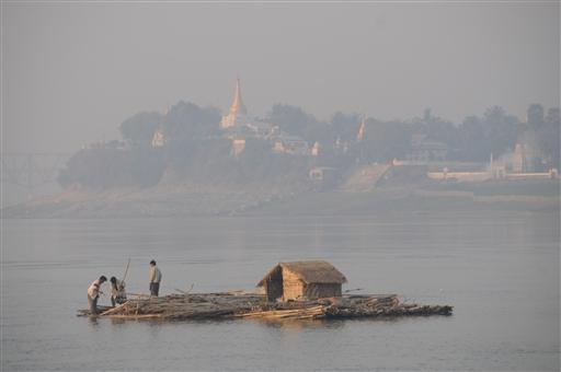 En simpel flodtransport og bolig på den mægtige Ayerwaddyflod.
