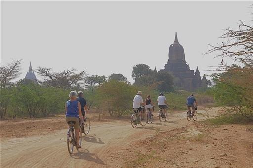 Mellem Bagans tusinder af pagoder er det fantastisk at cykle