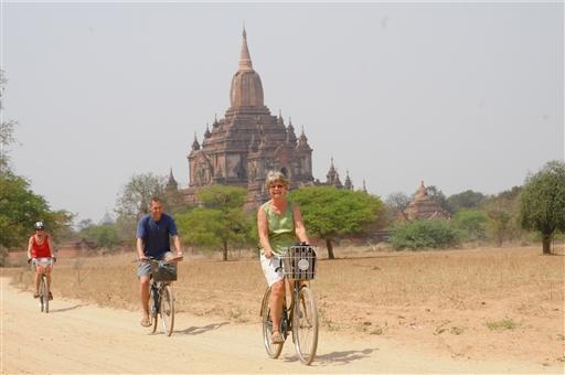 Cykling på jordvejene i Bagan