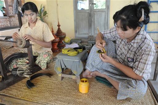 Der laves de flotteste krukker og bægre af bambus, der behandles med lak i mange omgange