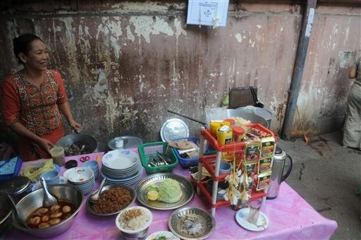 En af Yangons mange gode fortovskøkkener.