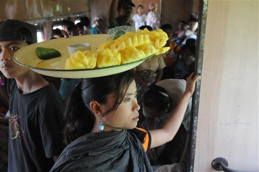 Inde i toget kan man købe frisk ananas