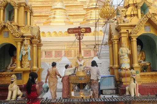 Ved Shwedagon-pagoden, verdens største, i Yangon