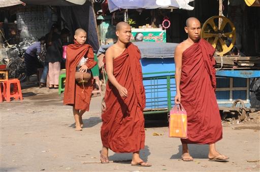 Munkene er en stor del af gadebilledet i Burma