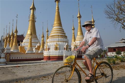 I Burma cykler vi på almindelige eller lokale cykler, men hvad gør det med en sådan baggrund.