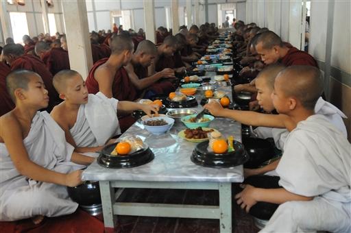 Ris, lidt kød og en appelsin, en god middag til de unge novicer