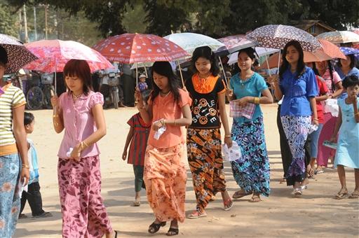 Pigerne på vej til bryllupsfest i den lille by