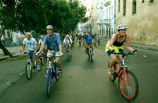 Tidlig morgen på cykel gennem Havanas gader.