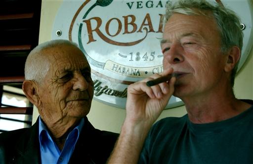 Nu afdøde Mr. Robaina kontrollerer at Niels behandler cigaren korrekt.