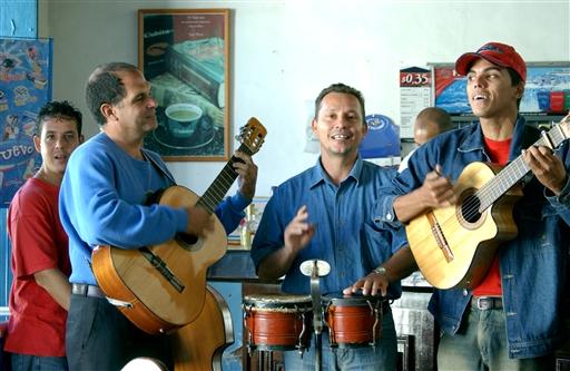 Overalt på caféer og i baggårde finder vi små, professionelle orkestre.