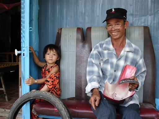 Motorcykelmekanikeren og hans lille datter.