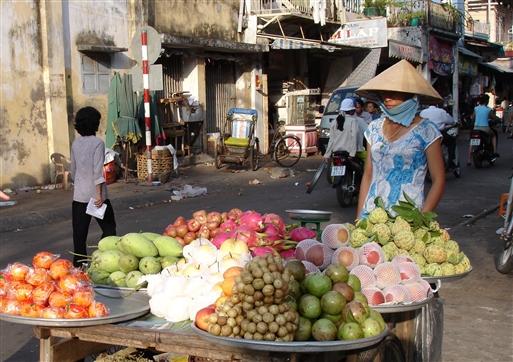 Overalt i byerne er der markeder med friske tropiske frugter. Æbler og pærer er dog importeret fra Kina.