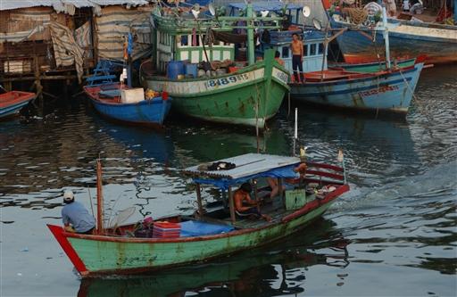 En lille fiskerbåd, der samtidig er hjemmet for en familie.