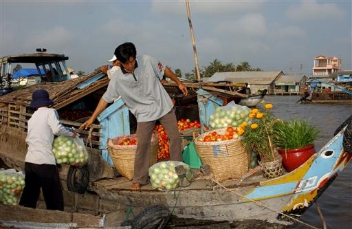 Floating Market. Hver morgen handles der fra de mange både.