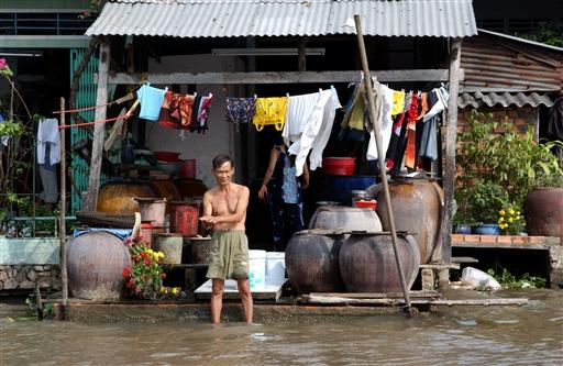 Og denne vietnameser gør klar til dagens arbejde.